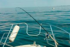从游艇,钓鱼竿的海视图 免版税库存照片