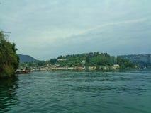 从湖的看法旅馆的 库存照片