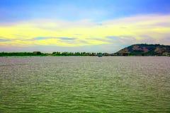 从湖边观看的蓝天和山 免版税库存照片