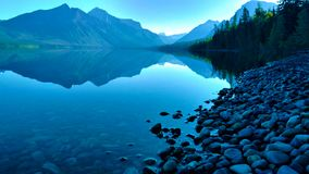 从湖麦克唐纳在冰川国家公园,蒙大拿的美丽的景色 库存图片