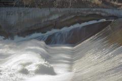 从溢洪道的混乱的水在Fox河在埃尔金IL 免版税库存图片