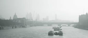 从滑铁卢桥梁看到的伦敦地平线 库存图片