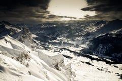 从滑雪徒步旅行队的山景 免版税库存图片