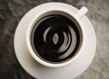从滴水咖啡的顶视图与波浪样式 免版税图库摄影
