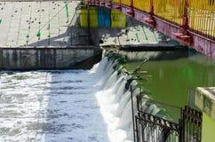 从灌溉水坝发布的打旋的水 免版税图库摄影