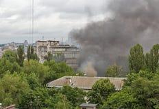 从火的烟在城市 图库摄影