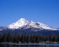 从火花湖,俄勒冈的山南姐妹 免版税库存照片