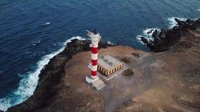 从灯塔法鲁在特内里费岛,加那利群岛,西班牙的de Rasca的高度的看法 大西洋的狂放的海岸 股票视频