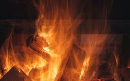 从灼烧的木头火焰的热在壁炉的在晚上 免版税库存照片