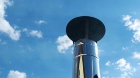 从烟囱的工业烟在天空蔚蓝,全球性变暖的问题在飞机上 股票录像