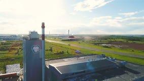 从烟管子塔的上部圆的看法与对农村风景的商标 股票视频