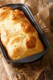 从烤箱的奶油蛋卷面包在烘烤盘子关闭 垂直 免版税库存照片