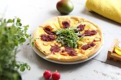 从烤箱的比萨 与菜的意大利比萨 免版税库存图片