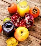 从热带水果的汁液 免版税库存照片