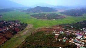 从热带领域的摄影鸟瞰图到附近的镇 影视素材