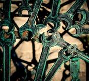 从焊接金属扳手的现代抽象工业样式 Steampunk背景 免版税库存照片