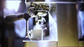 从煮浓咖啡器的滴下的咖啡 热的咖啡准备 股票录像