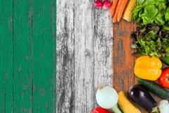从爱尔兰的新鲜蔬菜在桌上 烹调在木旗子背景的概念 免版税库存照片