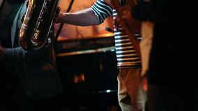 从爵士乐队的四位音乐家使用在酒吧的一个音乐会 股票录像