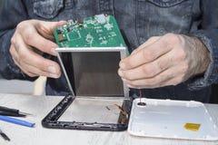 从片剂去除的损坏的矩阵由服务技术员 库存图片