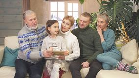 从片剂的友好的大家庭观看的照片 股票视频