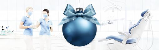 从牙医,与xmas球backg的牙齿诊所的圣诞快乐 免版税库存照片
