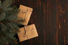 从牛皮纸,谎言的一件礼物在圣诞树下 库存照片