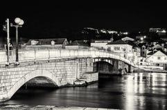 从特罗吉尔的桥梁到Ciovo海岛,克罗地亚,夜场面, colorl 图库摄影