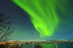 从特罗姆瑟的绿色北极光在挪威 免版税库存图片