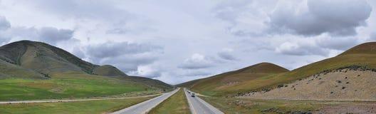 从犹他和爱达荷的边界的风景风雨如磐的全景视图从跨境84,I-84、看法农村种田与绵羊和co 库存图片