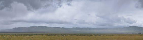 从犹他和爱达荷的边界的风景风雨如磐的全景视图从跨境84,I-84、看法农村种田与绵羊和co 免版税库存图片