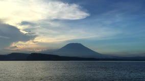 从猛冲的小船的看法在阿贡火山,巴厘岛,印度尼西亚,4k英尺长度录影下 股票视频