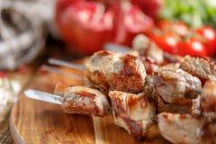 从猪肉特写镜头的烤肉串 在开火烹调的水多的开胃肉 土气 图库摄影