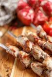 从猪肉的烤肉串在串特写镜头 在开火烹调的水多的开胃肉 土气 库存照片