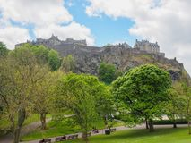 从王子街庭院看见的爱丁堡城堡在一明亮的好日子 图库摄影