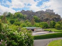 从王子街庭院看见的爱丁堡城堡在一明亮的好日子 免版税库存照片