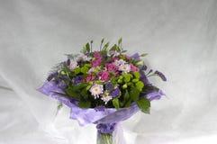 从玫瑰和菊花的花束 库存照片