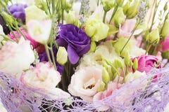 从玫瑰的结婚礼物花束与eustomams 库存照片