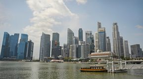 从现代新加坡cbd中心商务区地平线小游艇船坞海湾的美好的风景看法  库存照片