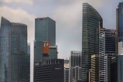 从现代新加坡cbd中心商务区小游艇船坞海湾的美好的风景看法阻拦旅馆和摩天大楼 图库摄影