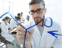 从玻璃的后面 科学家在玻璃委员会写一个标志 免版税库存照片