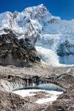 从珠穆琅玛基本阵营的视图到Nuptse峰顶的西方岩石表面 免版税图库摄影