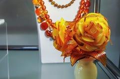 从琥珀的玫瑰在花瓶由石华制成 免版税库存照片