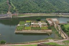 从琥珀色的宫殿,斋浦尔,印度的Kesar Kyari庭院 免版税库存照片