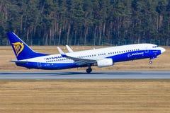 从瑞安航空公司的波音737-800 免版税库存照片