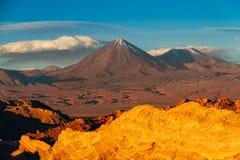 从瓦尔de la Muerte环境美化用西班牙语,有火山的利坎卡武尔火山和Juriques死亡谷在阿塔卡马沙漠 免版税图库摄影