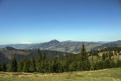 从瓦特拉多尔内看见的喀尔巴阡山脉 免版税库存照片