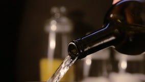 从瓶倒的白葡萄酒 股票录像