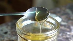 从瓶子与匙子瓢的蜂蜜蜂蜜,转动匙子 股票录像