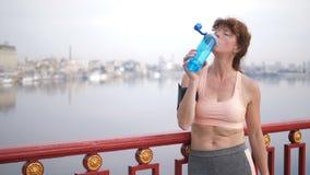 从瓶的资深女运动员饮用水 影视素材